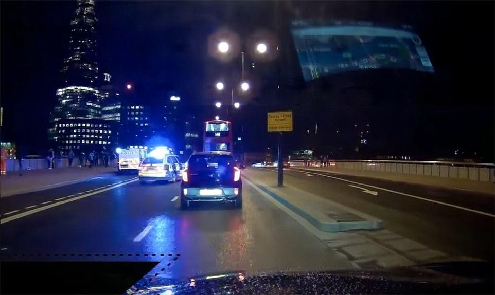 La atrocidad en el puente de Londres fue capturado en imágenes de taxis dashcam que mostró algunos de los heridos que se está tratando en el lado de la carretera