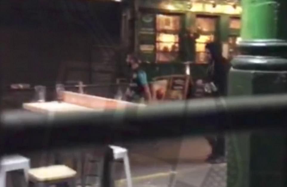 El trío comenzó su matanza justo después de las 10 pm cuando araban en los peatones en una furgoneta blanca en el puente de Londres