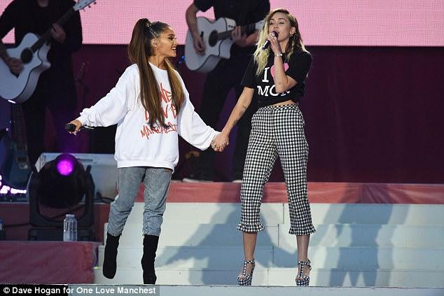 El profesor dijo Ariana Grande (a la izquierda) y Miley Cyrus (a la derecha)