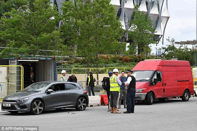 Los dos coches (ambos con sus ventanas rotas) se ven estacionados fuera de la nueva embajada de Estados Unidos en Londres, que está prevista para el próximo mes