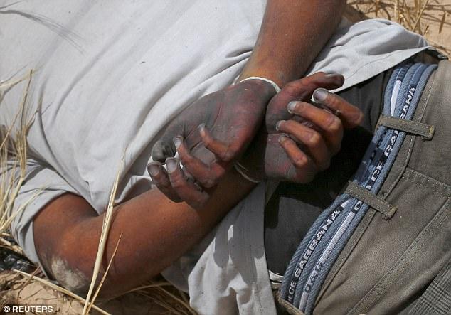 Dos de los hombres había sido marchado un corto camino en el campo, donde uno fue aparentemente obligado a arrodillarse antes de ser disparado por la espalda