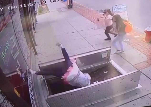 Perempuan terjatuh ke lubang trotoar