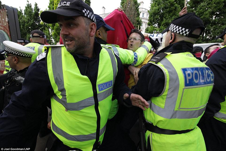 La policía se interpuso entre los dos grupos y fueron en Manchester para tratar de asegurarse de que la protesta prevista se llevó a cabo 'en paz'