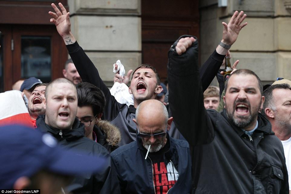 Se observaron los miembros del grupo gritando y cantando durante su protesta silenciosa que fue organizado por Tommy Robinson