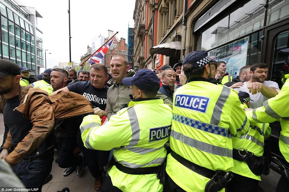 Algunos miembros del grupo terminaron forcejeando con la policía cuando la protesta silenciosa convirtió climatizada centro de Manchester