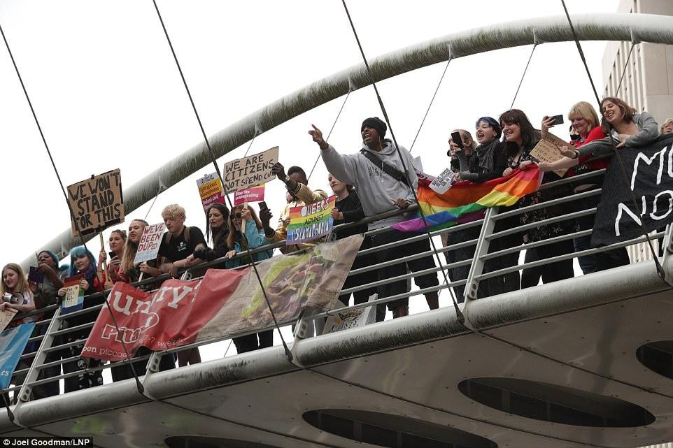 Otros manifestantes expresaron sus puntos de vista y llevaron pancartas y las banderas que dicen 'no vamos a tolerar esto' y 'que han sido engañados'