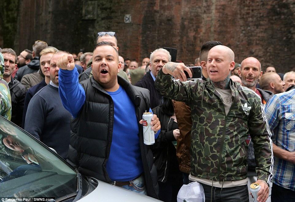 Algunos miembros del grupo estaban bebiendo cerveza mientras marchaban por el centro de Manchester a las 2 pm el domingo.  La policía aconseja al público a mantenerse alejados de la zona