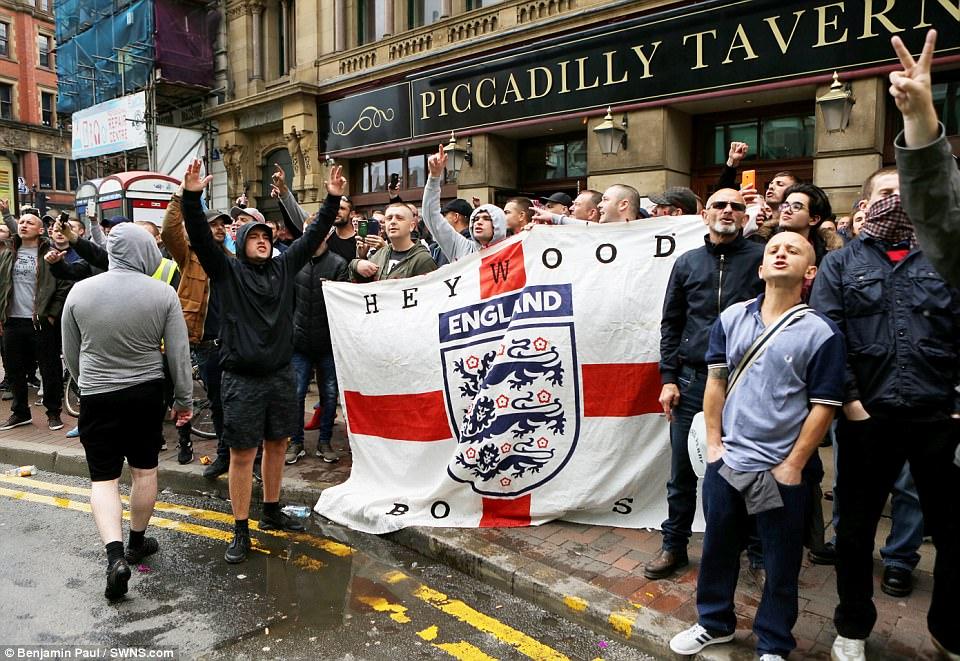 Muchos del grupo se reunieron fuera de la taberna de Piccadilly en Manchester y algunas personas trajeron una gigantesca bandera de Inglaterra con ellos