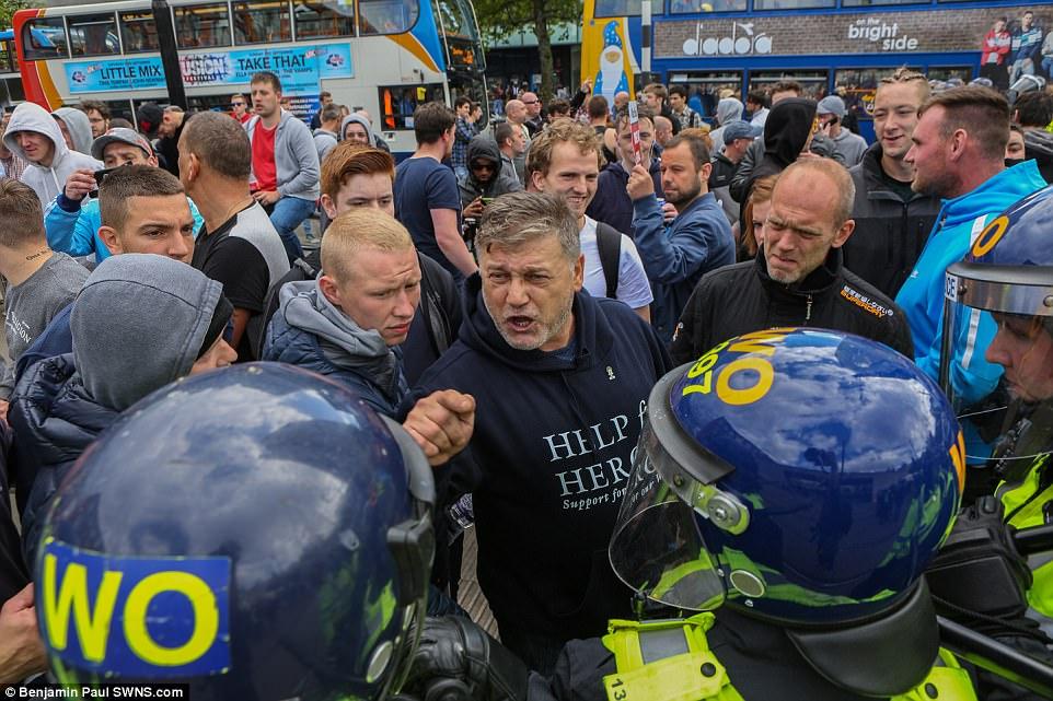 Un manifestante EDL enfrenta la policía en el centro de Manchester.  Hubo algunos enfrentamientos reportados entre los grupos