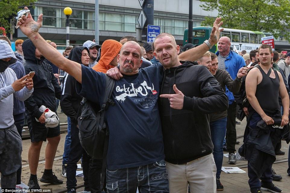 La marcha pronto se agrió cuando algunos miembros del grupo comenzaron a forcejear EDL con la policía