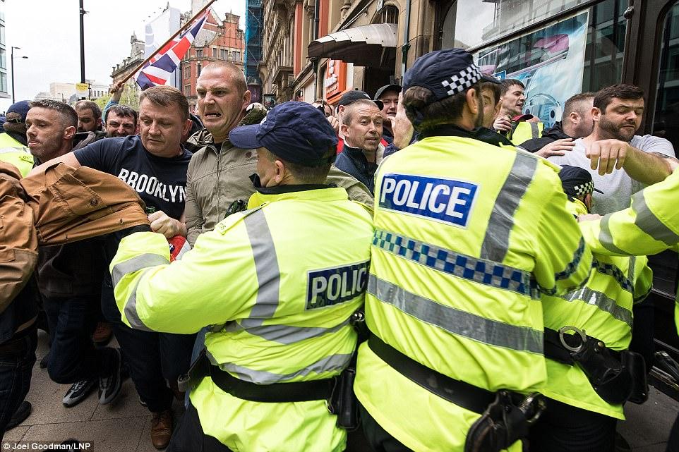 Policía de Manchester aconseja a los peatones a 'evitar la zona' como la manifestación se tornó desagradable