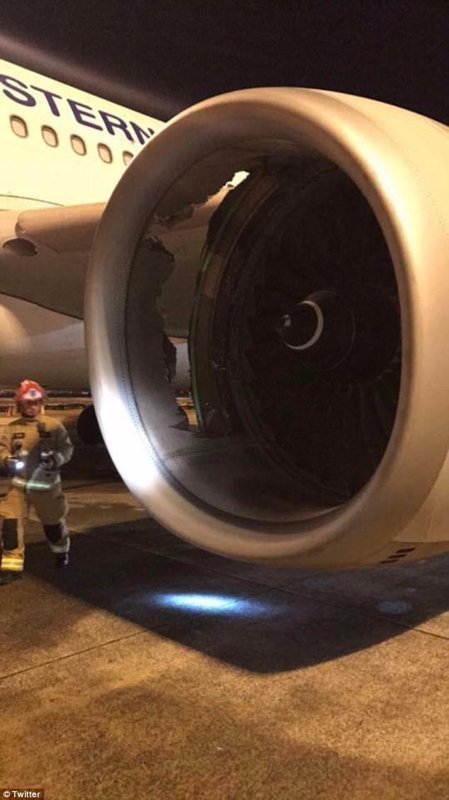 Las imágenes muestran un gran agujero en la cubierta del motor del Airbus A330, que partió a las 20:30 el domingo