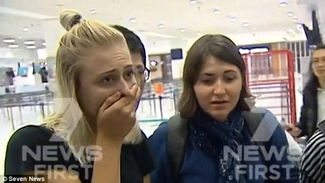 Los pasajeros son descritos después de ver una imagen del agujero en el motor de su avión