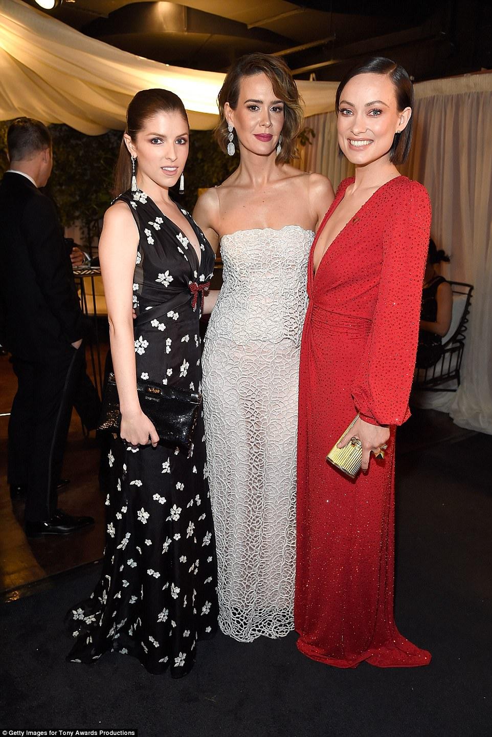 Que trio: Anna, Sarah Paulson e Olivia sorriam para o ouvido em seu aspecto deslumbrante antes de se sentar no Tony Awards