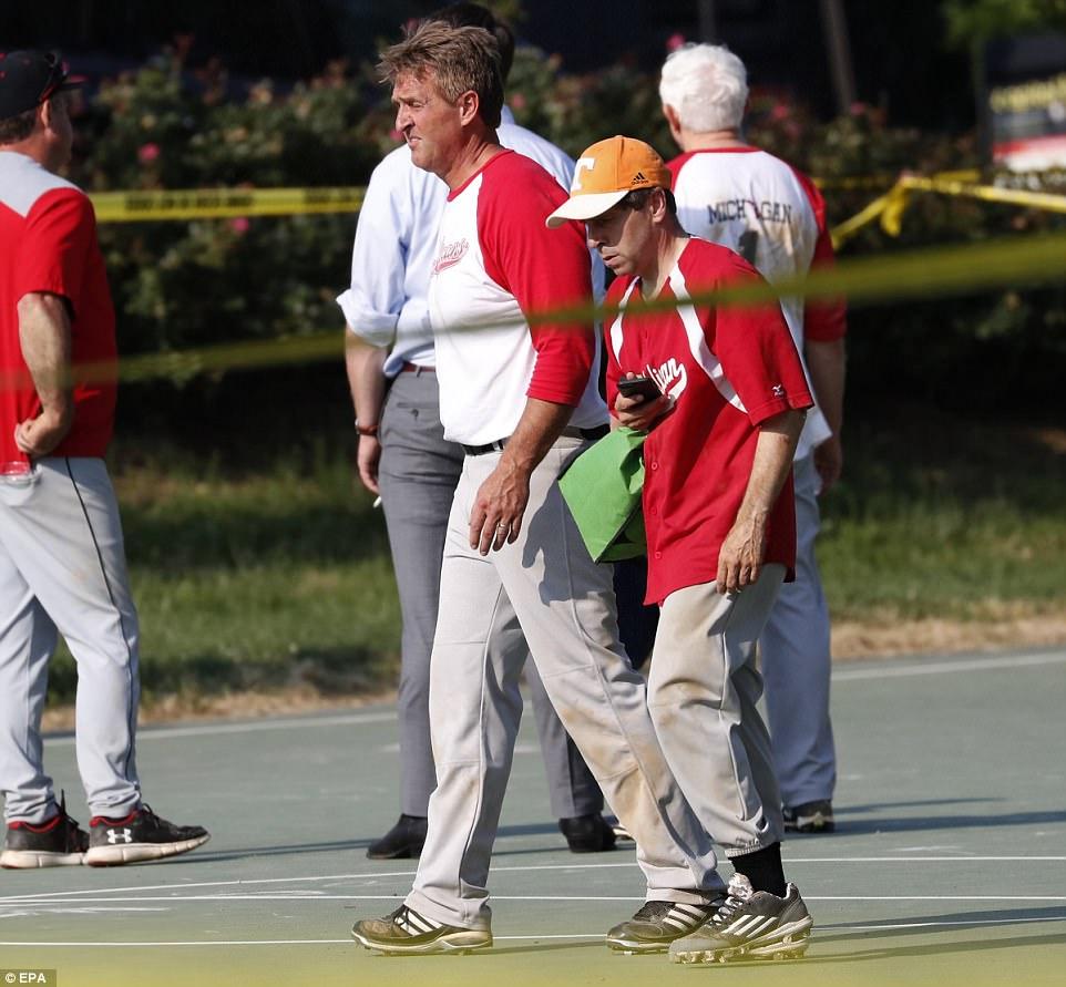 El senador de Arizona Jeff Flake (izquierda) también estaba en el campo en el momento de los disparos. Dijo que quería llegar a Scalise, que yacía en el centro del campo, pero no pudo