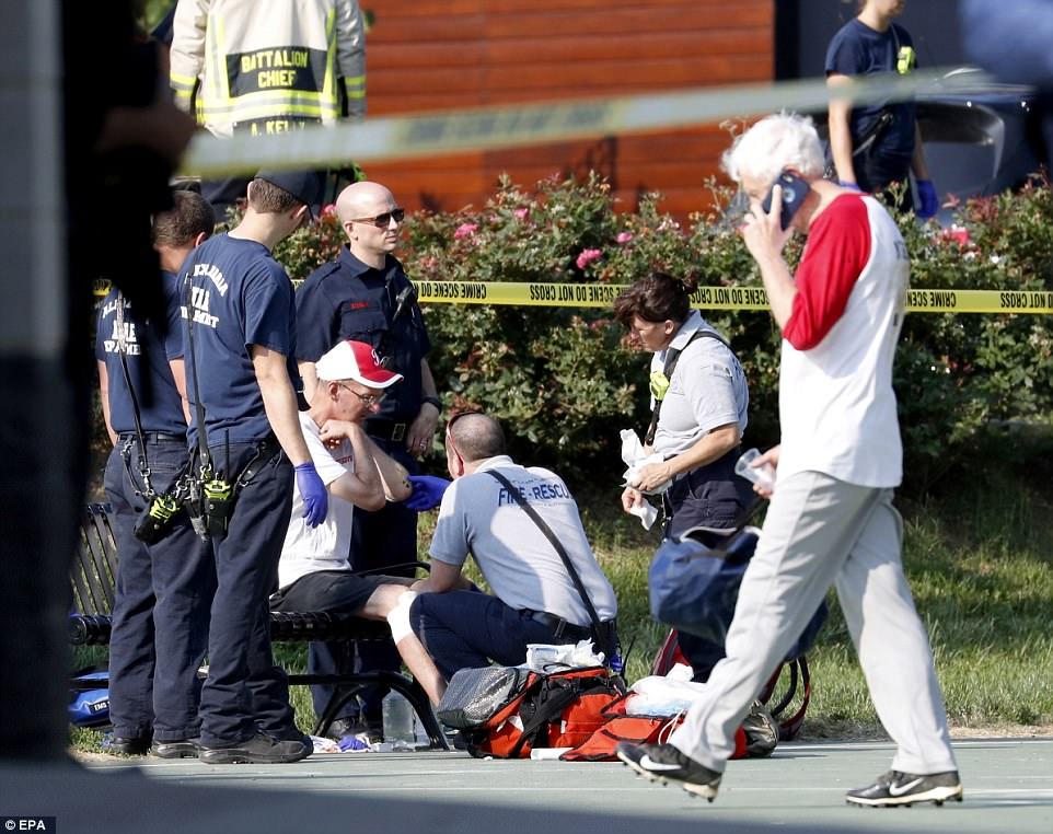 Un hombre que fue herido en la pierna recibe tratamiento en la escena. Algunos de los heridos no fueron grabadas pero sufrió lesiones cuando trataban de escapar del campo