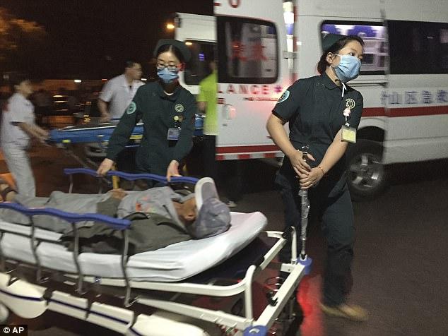 Los trabajadores médicos transportar a los heridos al hospital después de la explosión en Fengxian