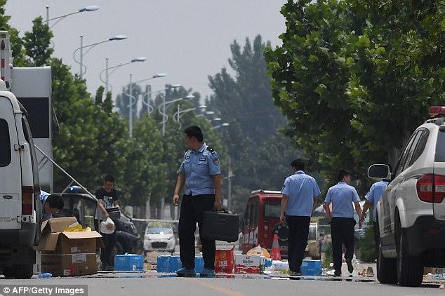 Los agentes de policía llevan equipo fuera de un jardín de infancia, donde una explosión mató a ocho