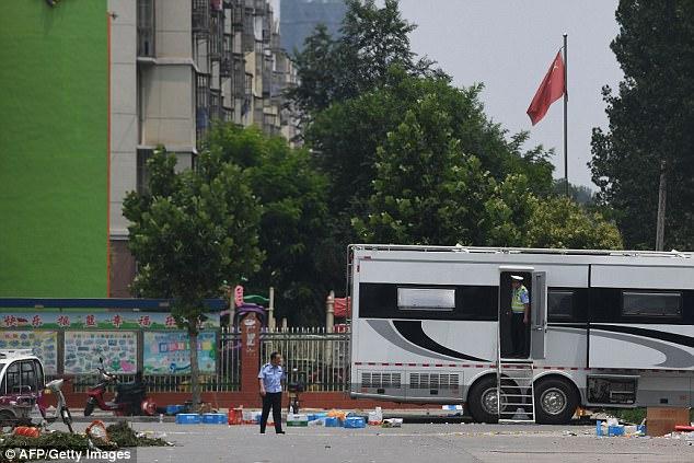 Los agentes de policía se detenía en un jardín de infancia después de la explosión el jueves