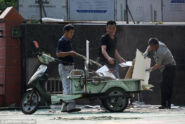 Los locales y los investigadores han comenzado una operación de limpieza tras la explosión