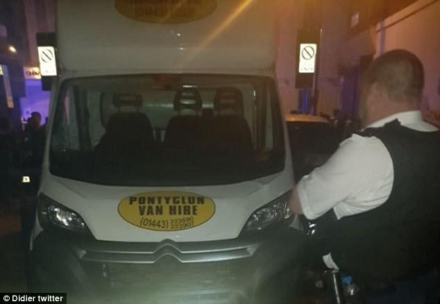 Este es el vehículo que chocó contra la gente fuera de la mezquita, que se ha contratado a una empresa galesa