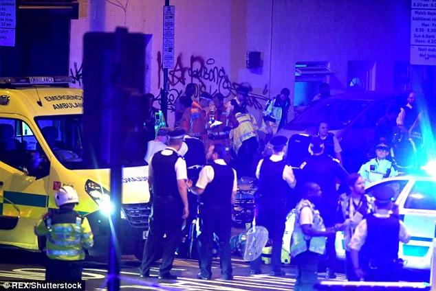 Hubo una gran presencia de servicios de emergencia en el lugar después de que el coche se desvió hacia la acera