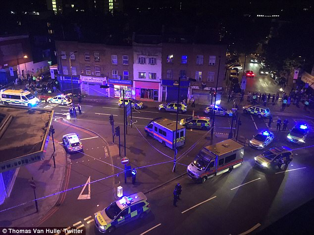 La policía fue llamada poco después de medianoche a los informes de un vehículo en colisión con peatones en Seven Sisters Road