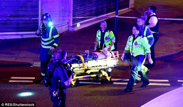 Un peatón se rueda en una camilla por los paramédicos que la recibe tratamiento de emergencia