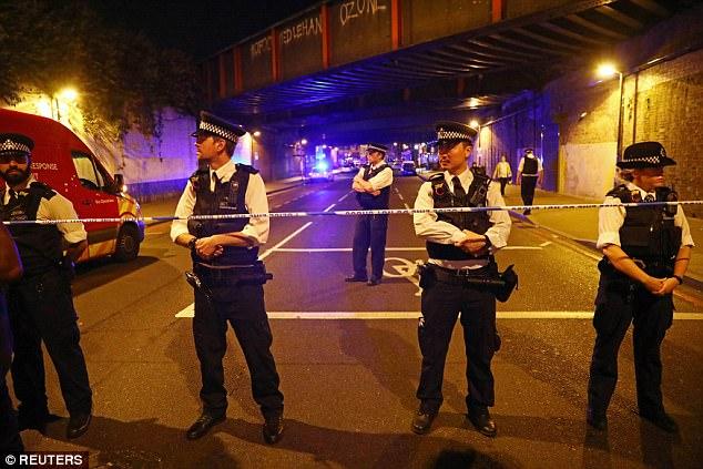 La zona fue acordonada mientras la policía acudieron al lugar después de recibir la llamada justo después de la medianoche