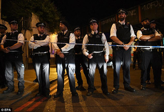 La policía se representan en la escena tras el ataque de anoche fuera de la mezquita al norte de Londres