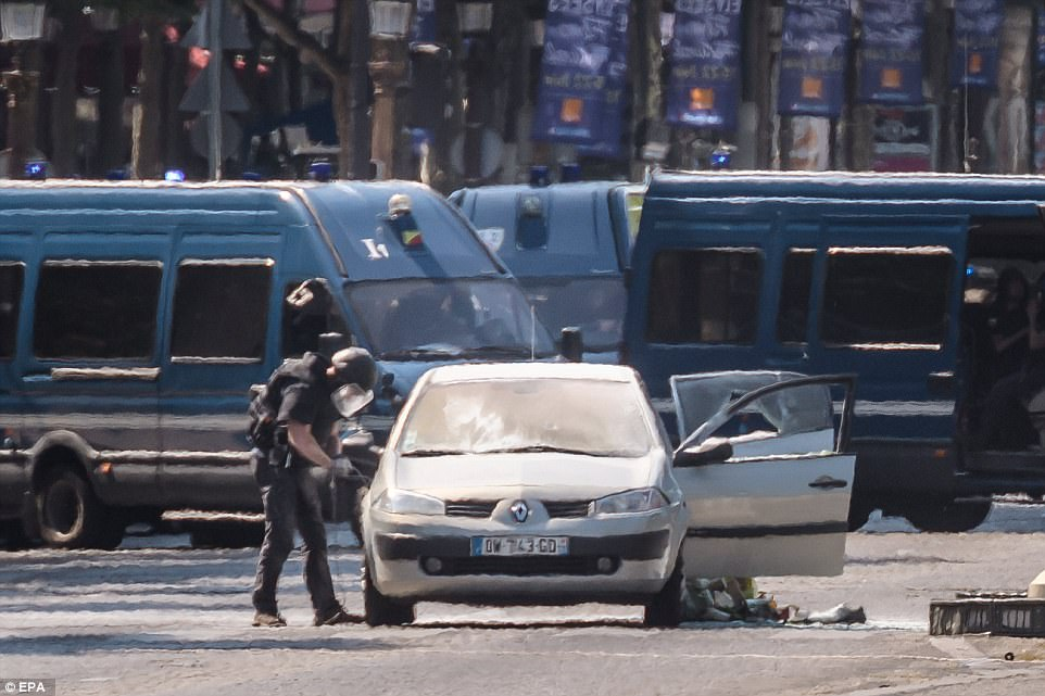 El coche que se busca por un miembro del equipo de desactivación de bombas que se ve que se acerca el Renault Megane con una máscara