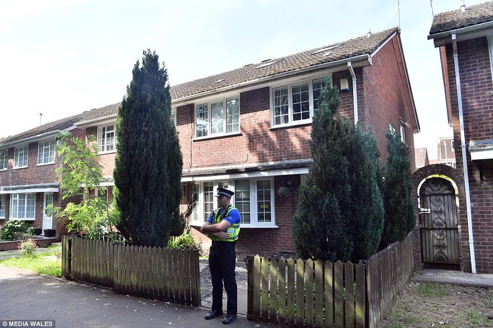 Hoy en día, se pudo ver a policías haciendo guardia fuera de una casa en Cardiff hogar, que se cree Osborne haber compartido previamente con su pareja