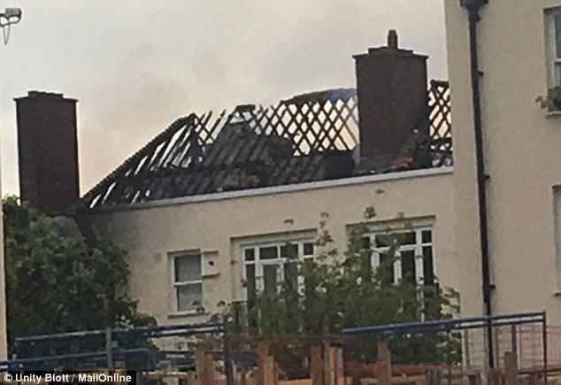 el techo del edificio parecía haber sido completamente quemado en el incendio de esta noche