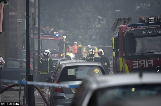 Las autoridades dijeron que 10 camiones de bomberos habían sido enviados a la escena del incendio en Bethnal Green
