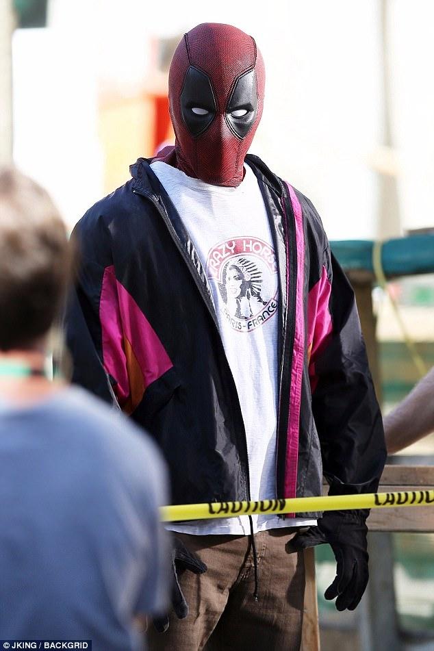 Ryan Reynolds Totes Gun On Set Of Deadpool 2 Daily Mail