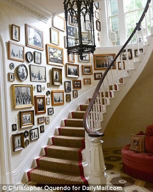 Sur les murs de sa maison sont des œuvres d'art qui seraient également à l'aise dans le Smithsonian, le Metropolitan ou le Tate