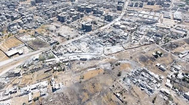 Una vista aérea tomada desde un avión no tripulado que muestran ataques del Ejército Árabe Siria en posiciones militantes en Ain Tarma