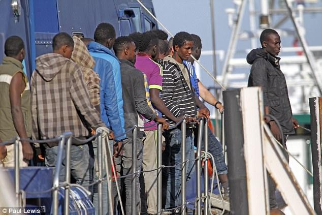 Los migrantes estaban esperando para bajar del barco después de haber sido rescatados por los guardacostas cuando se metió en problemas