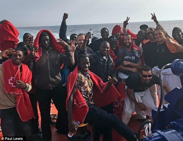 Tenían botellas de agua después de ser rescatados por el barco guardacostas Guardamar Polimnia