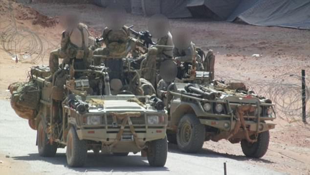 Estas imágenes de reclamaciones para mostrar las tropas de tierra SAS británicos que apoyan la guerra contra el ISIS.  Se afirma que las tropas SAS murieron varios militantes de ayer cerca de Mosul, Irak