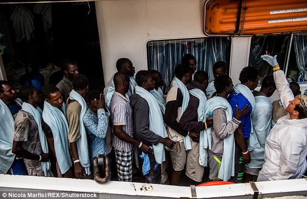 inmigrantes rescatados llegaron a Reggio Calabria en Italia el lunes, mientras las cifras recientes muestran 84.000 migrantes han aterrizado en suelo italiano este año