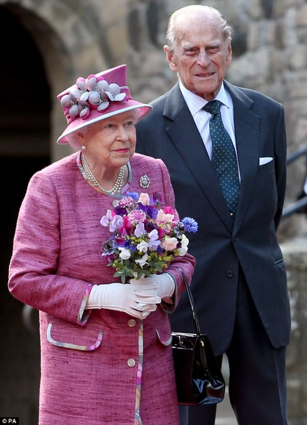 Queen visits Stirling Castle in Scotland Daily Mail Online