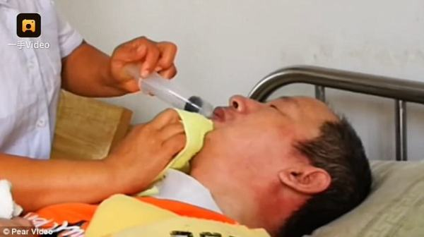 Chinese woman feeds her paralysed husband using her MOUTH ...