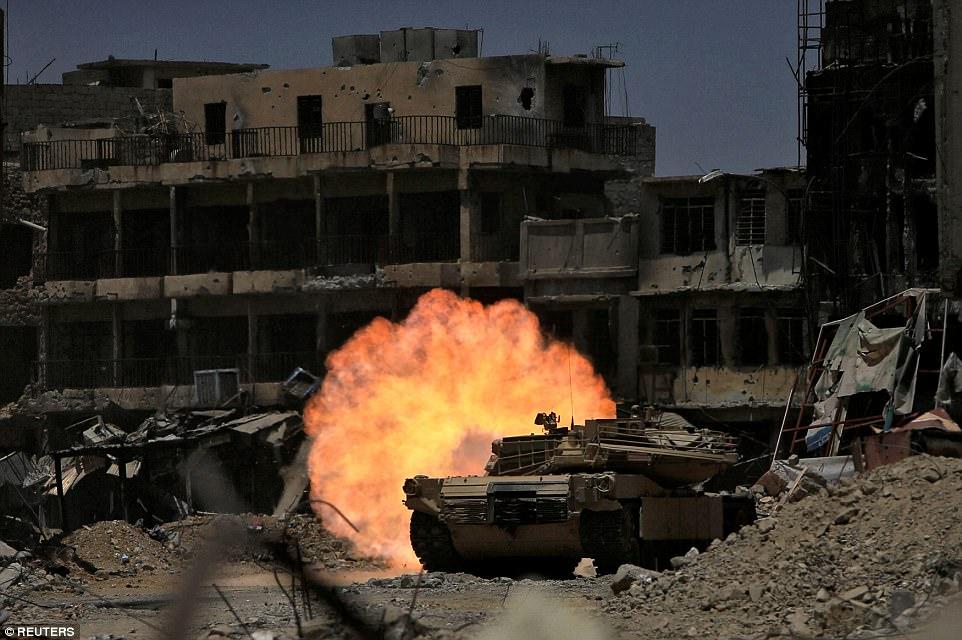 Las fuerzas gubernamentales respaldadas por la coalición encabezada por Estados Unidos han estado tratando de expulsar al grupo terrorista de la ciudad estratégica desde octubre. En la foto se encuentra uno de los tanques de la División de Respuesta de Emergencia