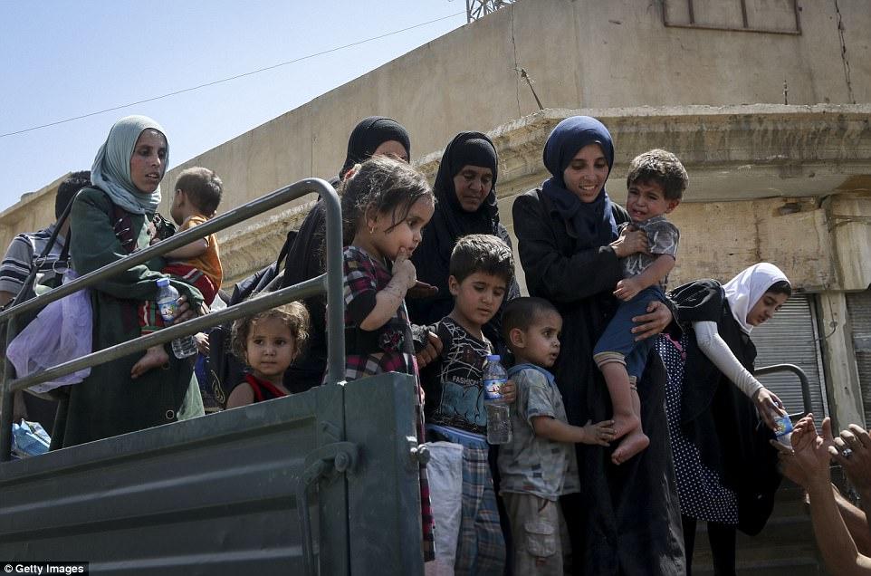 Cientos de miles de personas han huido de Mosul mientras el gobierno iraquí sigue luchando contra los combatientes de ISIS, que alguna vez fue un bastión para el grupo terrorista