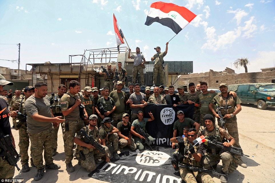 Bandera agitando soldados iraquíes celebró la victoria inminente en Mosul, que ha sido un baluarte de ISIS durante los últimos tres años