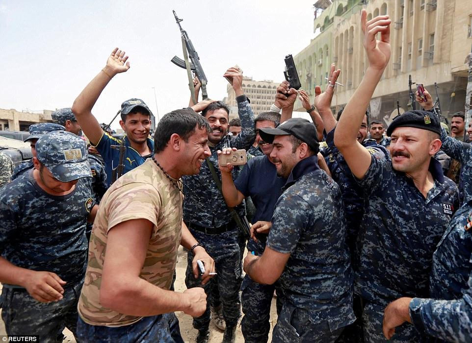 La policía y los soldados iraquíes fueron vistos hoy celebrando en la ciudad vieja de Mosul, donde los funcionarios demandan la victoria contra ISIS serán declarados en horas