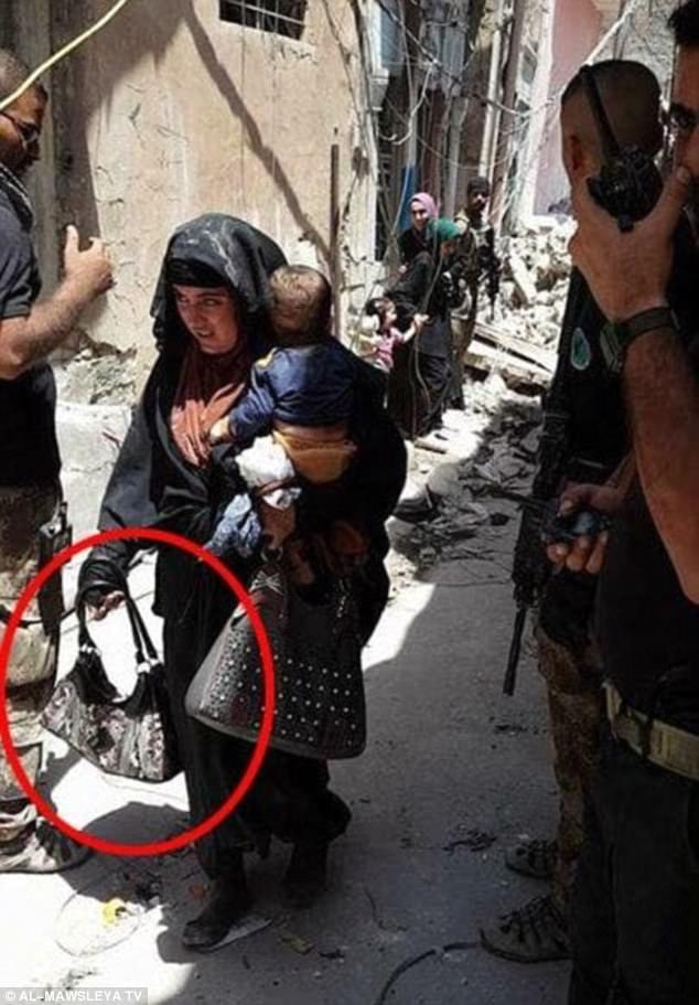 La foto fue tomada momentos antes de que el atacante suicida se suicidara, con su bebé en brazos