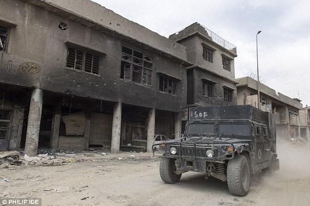 Foto: Fuerzas de Operaciones Especiales iraquíes Humvee conduciendo a través del centro de Mosul