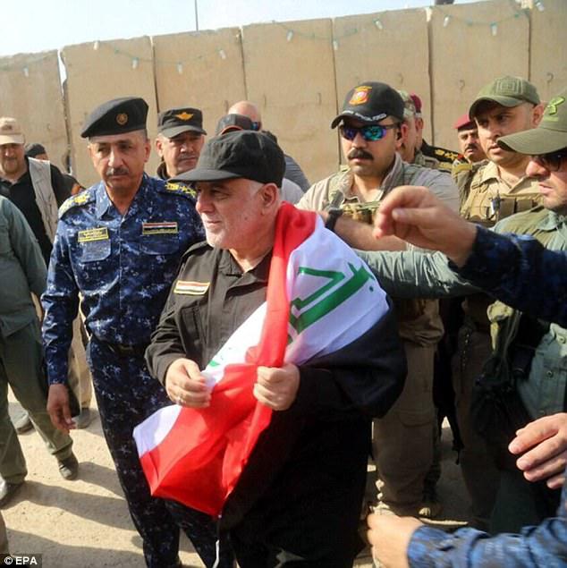 Haider al-Abadi visitó ayer una base militar en el oeste de Mosul donde felicitó a las fuerzas iraquíes ya su población civil después de haber vencido a los yihadistas de ISIS